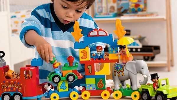 Ребенок и детские игрушки